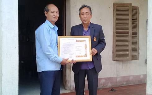Tử tù oan Hàn Đức Long nhận huy hiệu 30 năm tuổi Đảng - Ảnh 1
