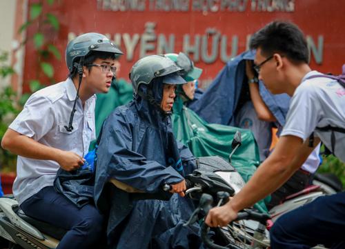 Bão số 16: Học sinh Sài Gòn nghỉ học tránh bão từ sáng 25/12 - Ảnh 1