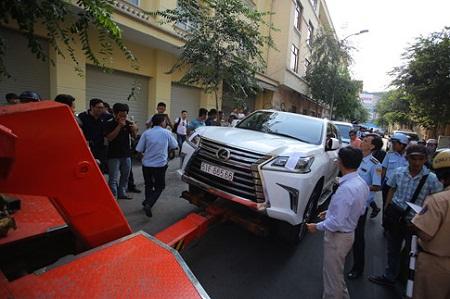 Cẩu xe Lexus lấn chiếm vỉa hè ở Sài Gòn - Ảnh 1