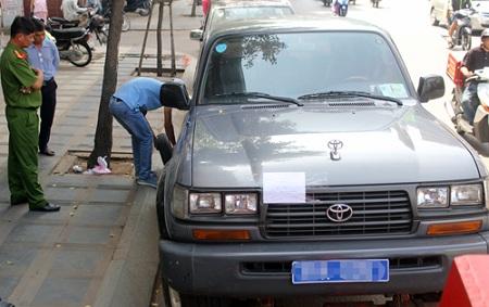 Đậu xe dưới lòng đường, ô tô biển xanh bị cẩu về phường - Ảnh 1
