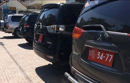 Phạt 3 xe biển đỏ lấn chiếm vỉa hè ở Sài Gòn - Ảnh 1
