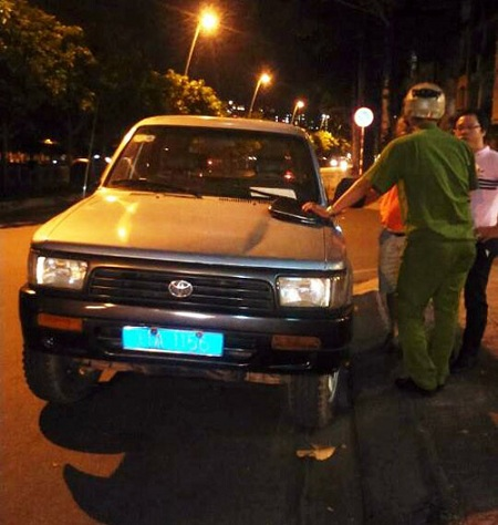 Tối chủ nhật, ông Đoàn Ngọc Hải lái xe riêng đi kiểm tra vỉa hè - Ảnh 1