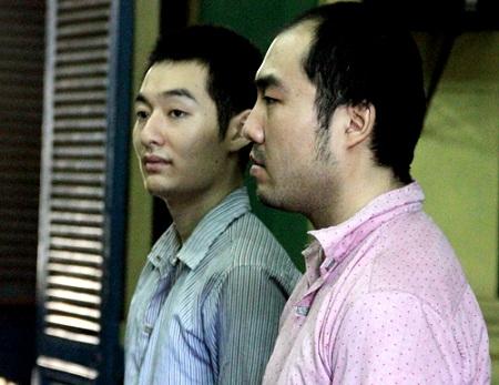 """2 người Trung Quốc """"múa"""" súng cướp ô tô giữa Sài Gòn lĩnh án 10 năm tù - Ảnh 1"""