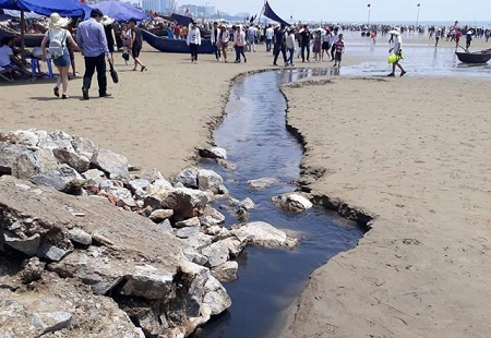 Nghỉ lễ 30/4- 1/5: Du khách thản nhiên tắm bên kênh nước thải đen ngòm đổ ra biển Sầm Sơn - Ảnh 3