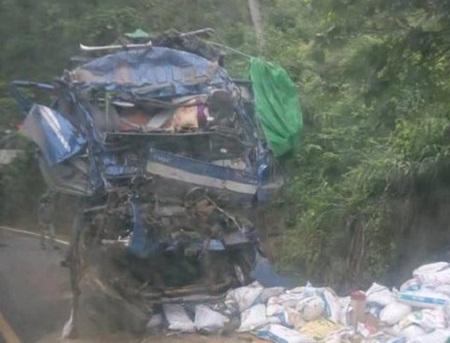 """Thông tin bất ngờ vụ người dân """"hôi của"""" sau vụ tai nạn 2 người chết ở Hòa Bình - Ảnh 1"""