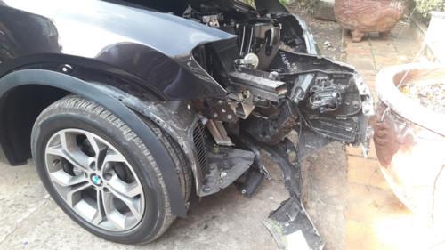 Xe BMW đâm gốc cây, Chủ tịch UBND huyện Côn Đảo tử vong - Ảnh 1