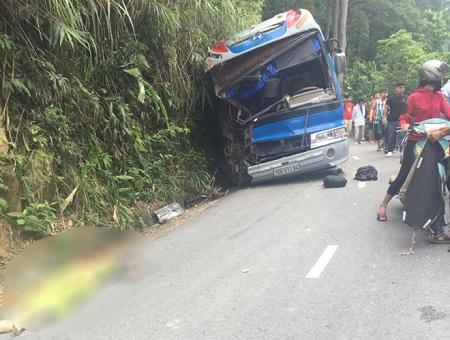 Vụ xe 45 chỗ chở học sinh gặp tai nạn ở Tam Đảo: Tài xế chủ động đâm vào vách núi - Ảnh 1