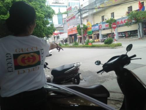 Vụ Phó Chủ tịch quận Thanh Xuân đậu xe ăn bún: Lòng đường của ai? - Ảnh 4