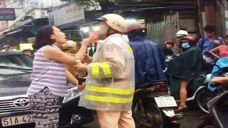 Tình tiết bất ngờ vụ nữ tài xế chửi bới, lăng mạ CSGT khi bị nhắc chạy sai làn - Ảnh 1