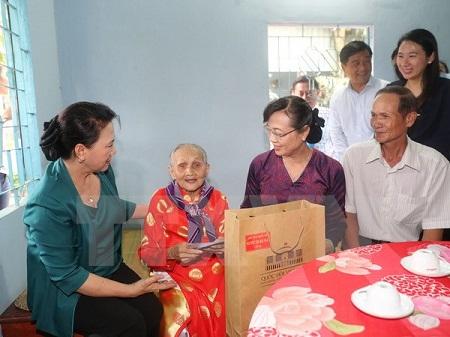 Chủ tịch Quốc hội thăm và tặng quà gia đình chính sách tại TPHCM - Ảnh 1