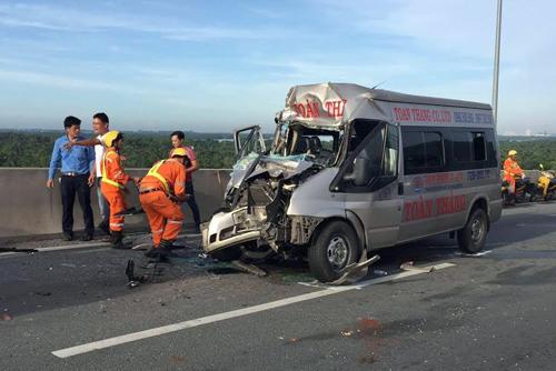 Xe khách đâm container trên cao tốc Long Thành, 4 người bị thương - Ảnh 1