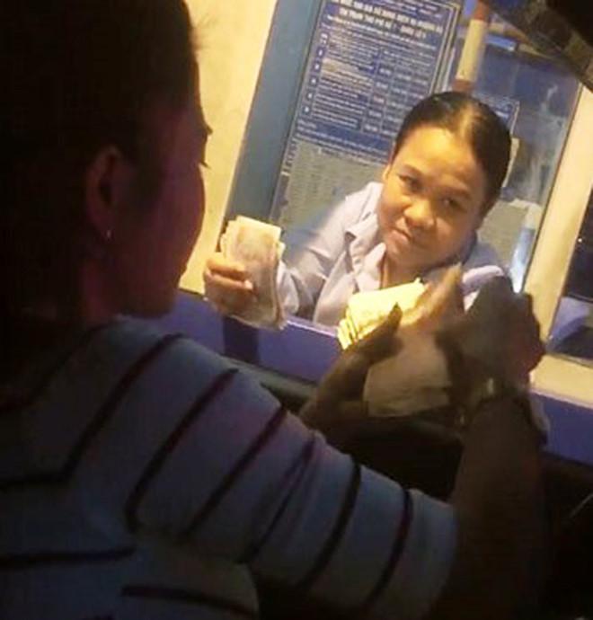 Nữ tài xế dùng tiền lẻ mua vé ở BOT Quốc lộ 5 - Ảnh 1