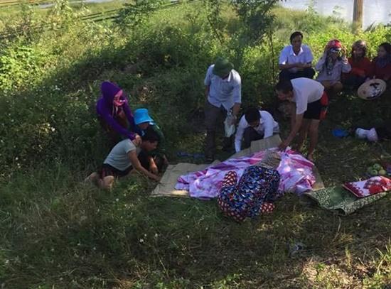 Vụ mẹ mang bầu ôm 2 con nhảy sông tự tử: Tìm thấy thi thể bé gái - Ảnh 1