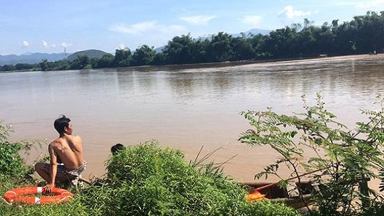 Vượt sông bằng xe bò, 3 người bị nước lũ cuốn mất tích - Ảnh 1