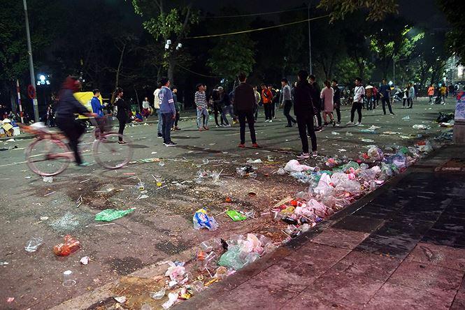 Phố đi bộ Hà Nội ngập túi nylon, hộp thức ăn sau lễ đón năm mới 2018 - Ảnh 2