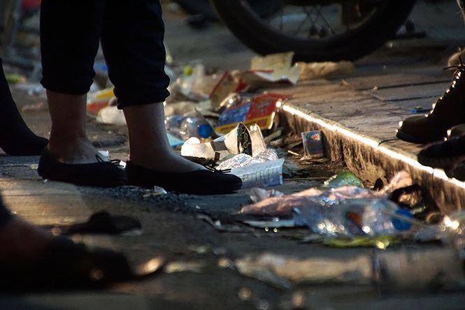 Phố đi bộ Hà Nội ngập túi nylon, hộp thức ăn sau lễ đón năm mới 2018 - Ảnh 5