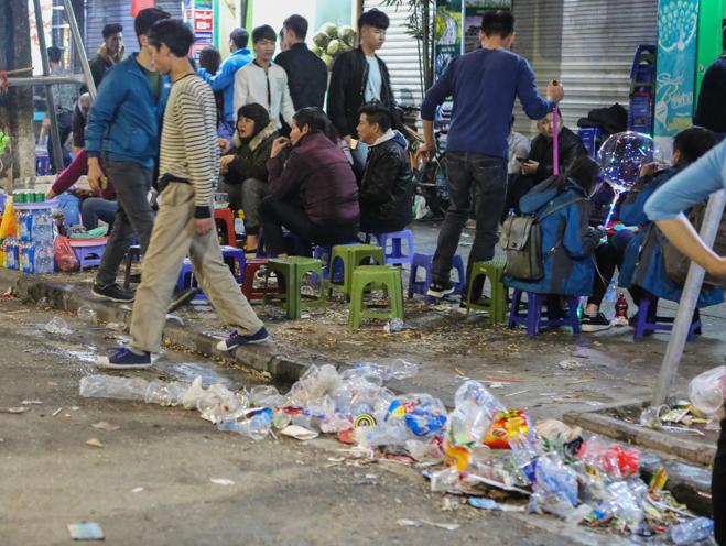Phố đi bộ Hà Nội ngập túi nylon, hộp thức ăn sau lễ đón năm mới 2018 - Ảnh 10