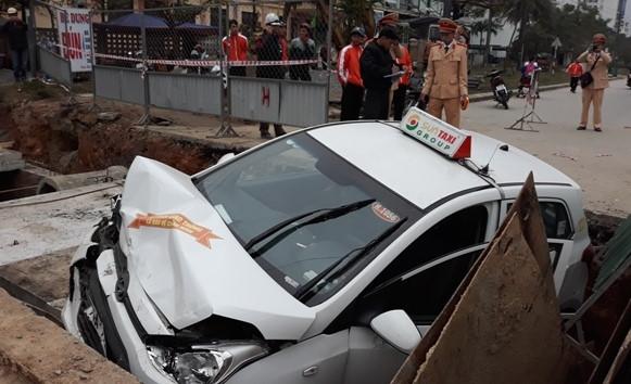 Taxi lao thẳng xuống hố công trình - Ảnh 1