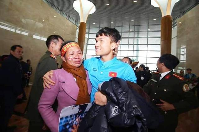 Cầu thủ Phạm Xuân Mạnh: Có tiền thưởng gửi về để bố mẹ trả nợ - Ảnh 1