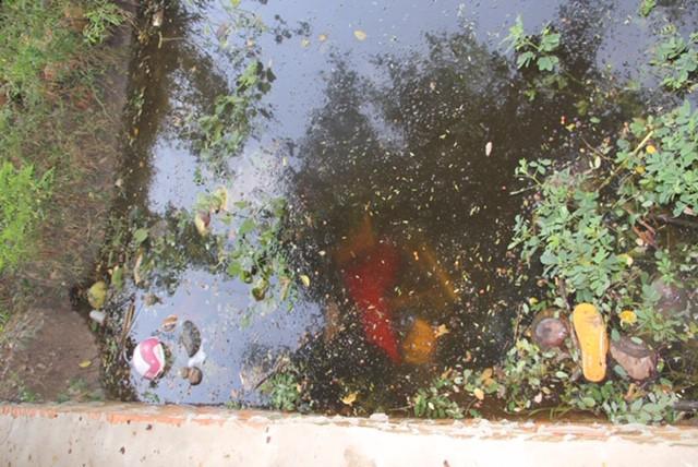 Đi uống cà phê, hoảng hốt phát hiện 2 xác chết dưới mương nước - Ảnh 1