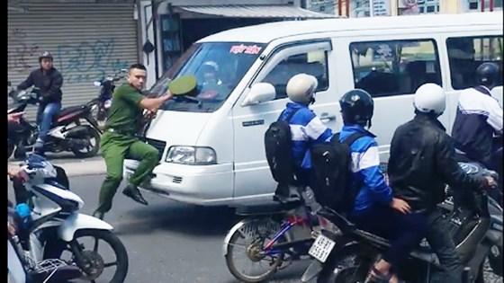 Video: Cảnh sát bị đẩy hơn 100m vì tài xế ngoan cố không dừng lại - Ảnh 1
