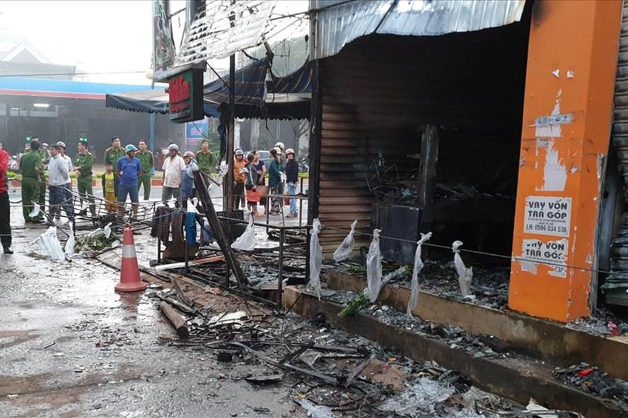 Hỏa hoạn thiêu rụi cửa hàng hoa, 2 thiếu nữ chết ngạt - Ảnh 1