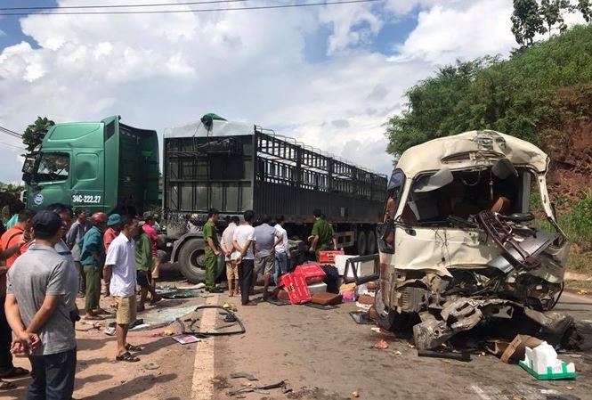 Xe khách đâm xe tải, hàng chục người gào khóc trên Quốc lộ - Ảnh 1