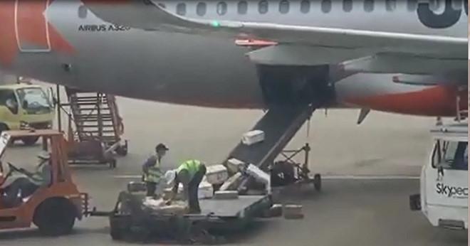 Nhân viên Jetstar quăng hàng hóa của khách lên băng chuyền ở sân bay Tân Sơn Nhất - Ảnh 1