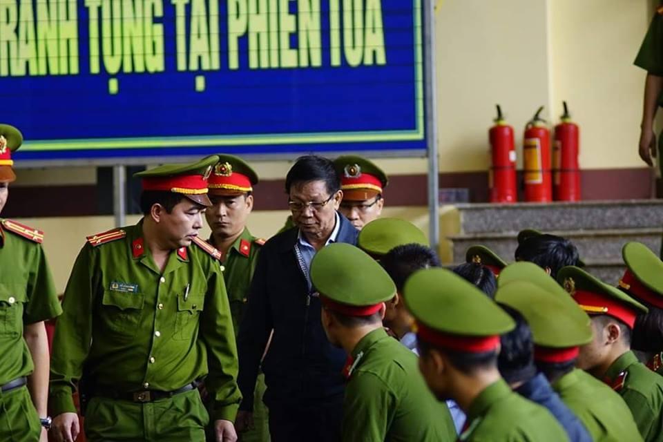 Những hình ảnh đầu tiên của cựu tướng Phan Văn Vĩnh và 91 đồng phạm hầu tòa - Ảnh 5