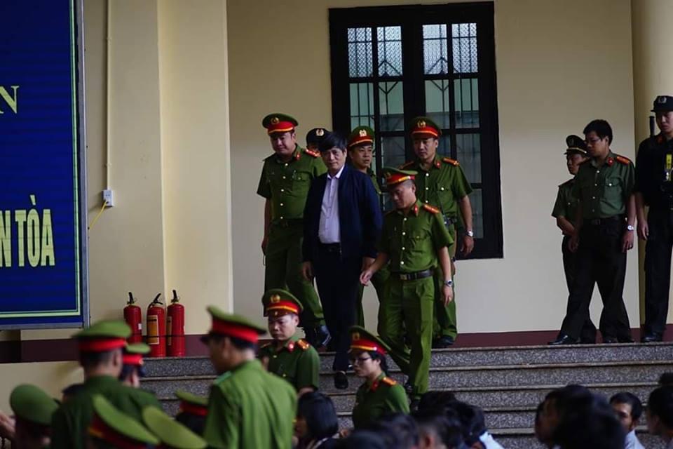 Những hình ảnh đầu tiên của cựu tướng Phan Văn Vĩnh và 91 đồng phạm hầu tòa - Ảnh 6