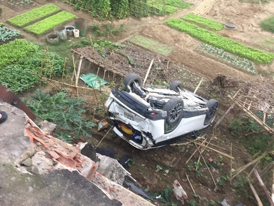 Video: Nữ tài xế lùi xe Mazda trúng người đi đường, lao khỏi lan can rơi xuống bờ kè - Ảnh 1