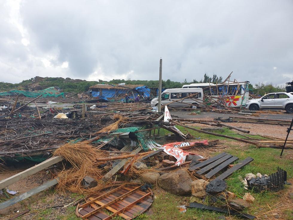 Lốc xoáy kinh hoàng ở Gành Đá Đĩa, 13 du khách bị thương - Ảnh 2