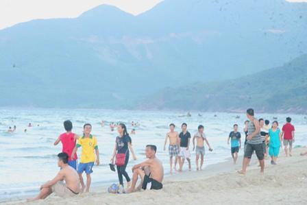 2 du khách Hà Lan chết đuối khi tắm biển Lăng Cô - Ảnh 1