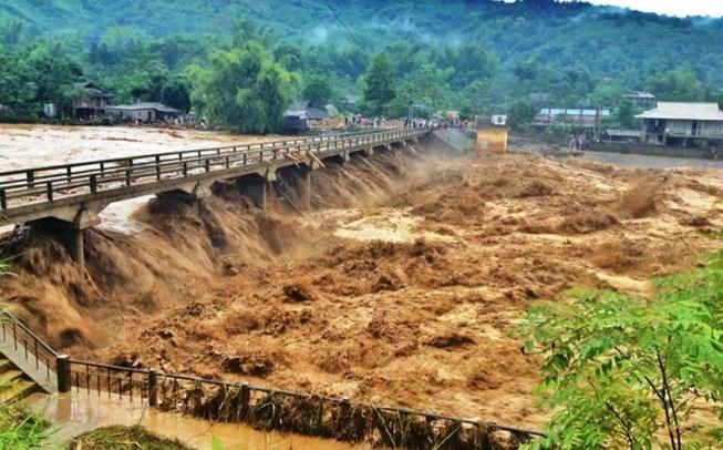 Thủ tướng yêu cầu tập trung ứng phó với bão số 9 và mưa lũ - Ảnh 1