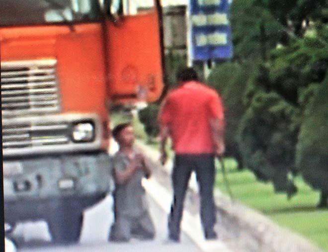 Điều tra vụ tài xế xe đầu kéo dọa chém, ép đồng nghiệp quỳ lạy giữa đường - Ảnh 1