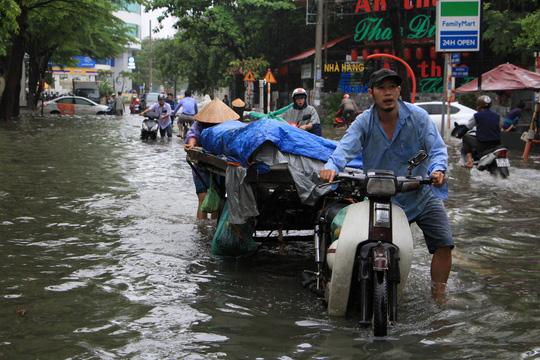 """TP. Hồ Chí Minh: Nơi kẹt xe kinh hoàng, nơi """"bất lực"""" giữa biển nước sau bão số 9 - Ảnh 11"""