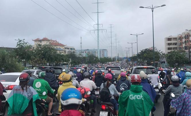 """TP. Hồ Chí Minh: Nơi kẹt xe kinh hoàng, nơi """"bất lực"""" giữa biển nước sau bão số 9 - Ảnh 12"""