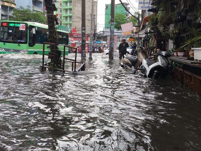 """TP. Hồ Chí Minh: Nơi kẹt xe kinh hoàng, nơi """"bất lực"""" giữa biển nước sau bão số 9 - Ảnh 1"""