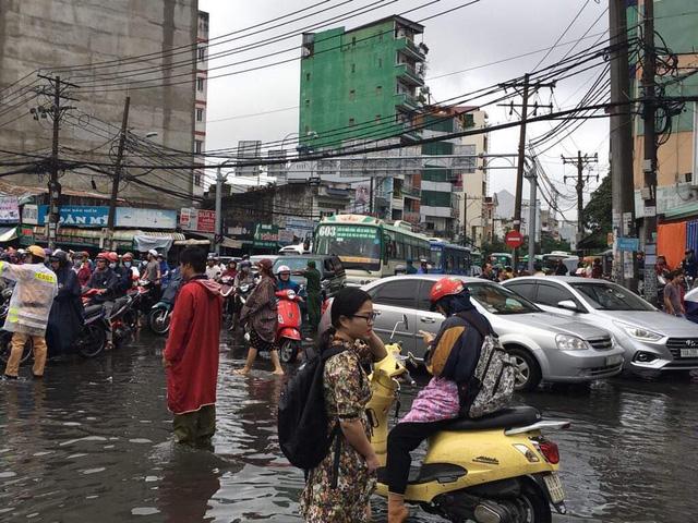 """TP. Hồ Chí Minh: Nơi kẹt xe kinh hoàng, nơi """"bất lực"""" giữa biển nước sau bão số 9 - Ảnh 2"""
