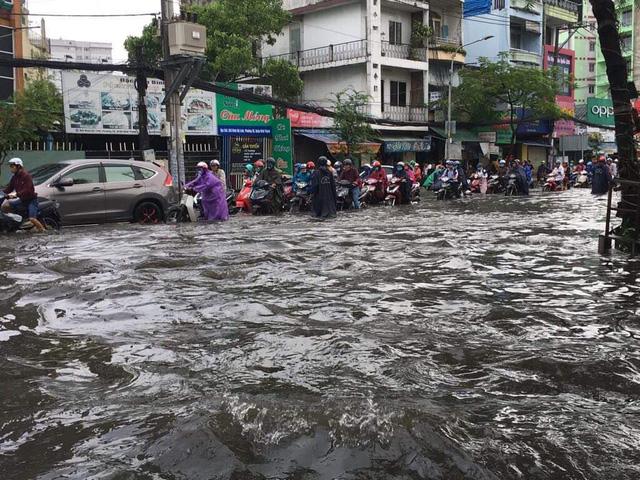 """TP. Hồ Chí Minh: Nơi kẹt xe kinh hoàng, nơi """"bất lực"""" giữa biển nước sau bão số 9 - Ảnh 3"""