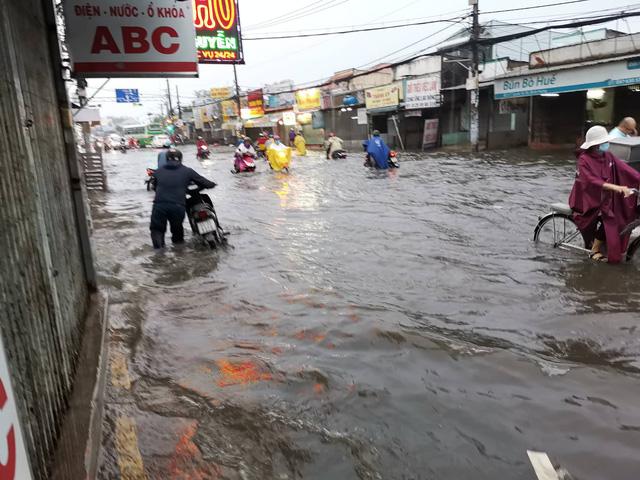 """TP. Hồ Chí Minh: Nơi kẹt xe kinh hoàng, nơi """"bất lực"""" giữa biển nước sau bão số 9 - Ảnh 4"""