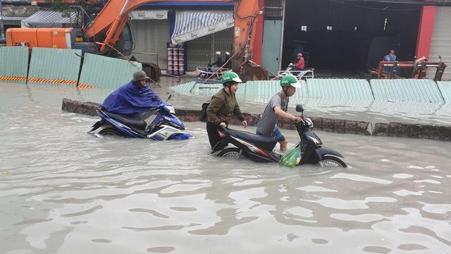 """TP. Hồ Chí Minh: Nơi kẹt xe kinh hoàng, nơi """"bất lực"""" giữa biển nước sau bão số 9 - Ảnh 5"""
