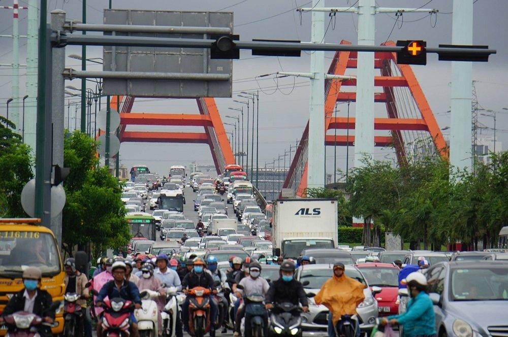 """TP. Hồ Chí Minh: Nơi kẹt xe kinh hoàng, nơi """"bất lực"""" giữa biển nước sau bão số 9 - Ảnh 14"""