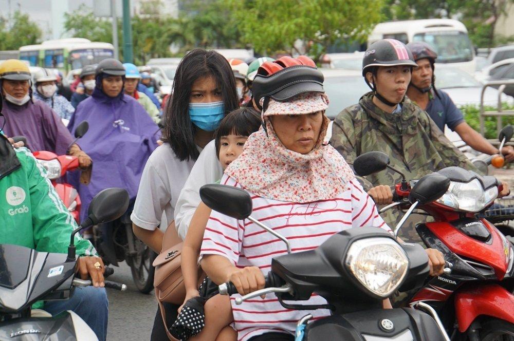 """TP. Hồ Chí Minh: Nơi kẹt xe kinh hoàng, nơi """"bất lực"""" giữa biển nước sau bão số 9 - Ảnh 15"""