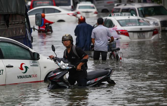 """TP. Hồ Chí Minh: Nơi kẹt xe kinh hoàng, nơi """"bất lực"""" giữa biển nước sau bão số 9 - Ảnh 7"""