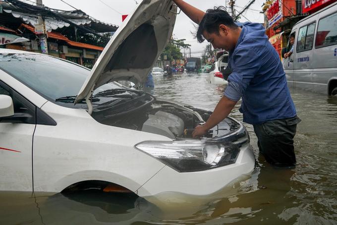 """TP. Hồ Chí Minh: Nơi kẹt xe kinh hoàng, nơi """"bất lực"""" giữa biển nước sau bão số 9 - Ảnh 9"""
