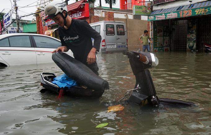 """TP. Hồ Chí Minh: Nơi kẹt xe kinh hoàng, nơi """"bất lực"""" giữa biển nước sau bão số 9 - Ảnh 8"""