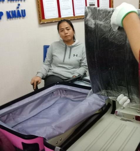 Hành khách Malaysia nhận 1.200 USD để vận chuyển 4,42 kg ma túy qua sân bay Tân Sơn Nhất - Ảnh 1