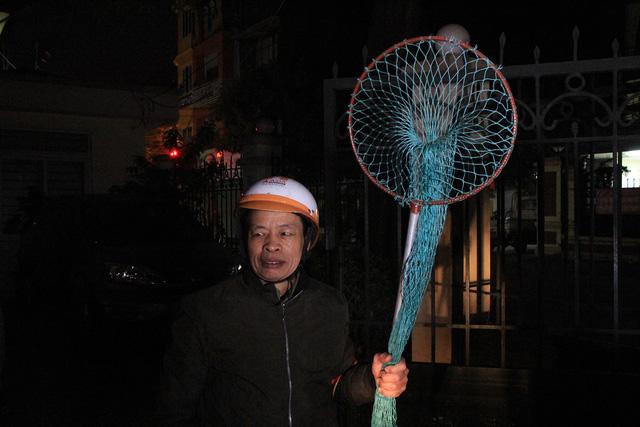 Theo chân đội bắt chó thả rông chỉ trong 3 phút ở Hà Nội lúc tờ mờ sáng - Ảnh 1