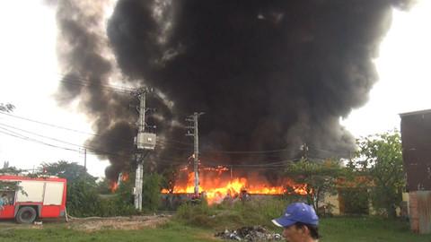 Hàng trăm cảnh sát PCCC dập đám cháy 3 nhà xưởng ở ven TP.HCM suốt 5 giờ - Ảnh 1